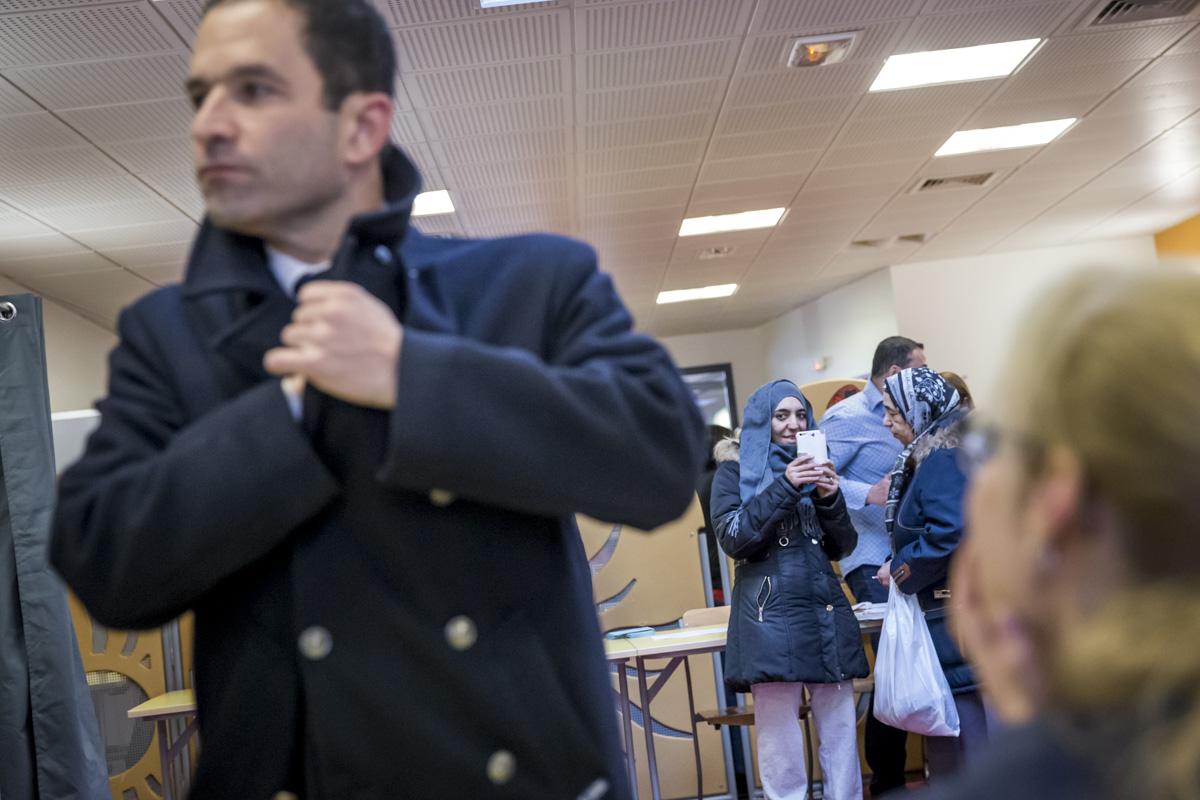 Benoit Hamon, candidat à la primaire de la gauche pour la présidentielle 2017, vote pour le 2eme tour  de cette élection dans l'école Jean-Jaurès à Trappes, Yvelines, dimanche 29 janvier 2017 - 2017©Jean-Claude Coutausse / french-politics pour Le Monde