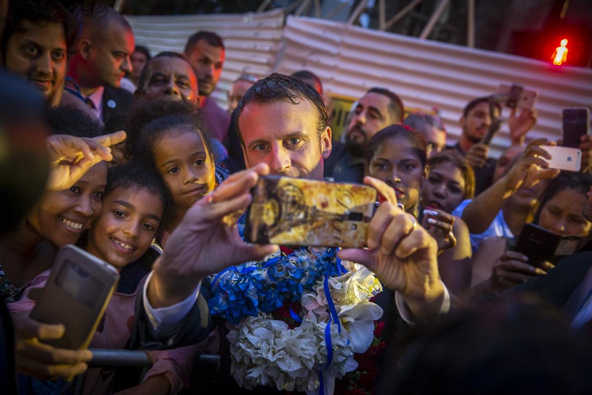 Emmanuel Macron, Emmanuel Macron à Mayotte et La Réunion, 22 au 25/10/2019 de la république, rencontre la population de Saint-Denis-de-La-Réunion pendant son déplacement à La Réunion, mercredi 23 octobre 2019 - 2019©Jean-Claude Coutausse pour Le Monde
