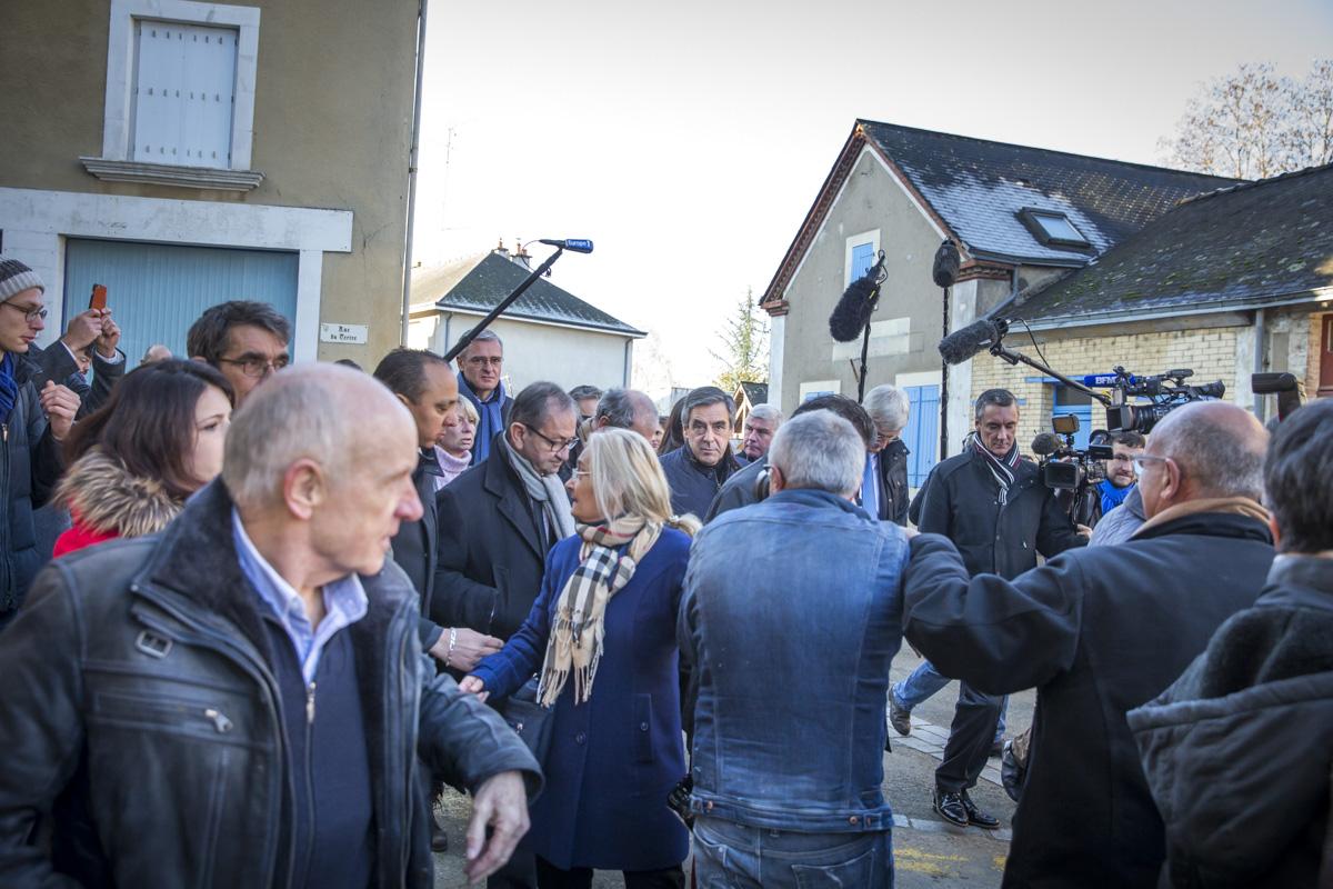 François Fillon, candidat du parti Les Républicains à l\'élection présidentielle de 2017, fait sa première sortie de campagne à Chantenay-Villedieu dans la Sarthe, jeudi 1er décembre 2016 - 2016©Jean-Claude Coutausse / french-politics pour Le Monde
