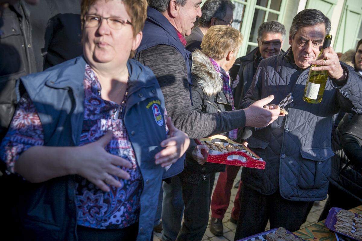 François Fillon, candidat du parti Les Républicains à l'élection présidentielle de 2017, fait sa première sortie de campagne à Chantenay-Villedieu dans la Sarthe. Visite de la ferme du Chauvet. Jeudi 1er décembre 2016 - 2016©Jean-Claude Coutausse / french-politics pour Le Monde
