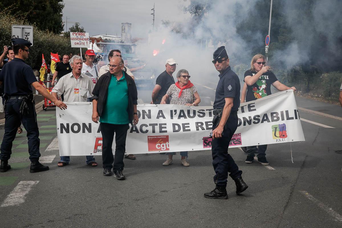 Manuel Valls, Premier ministre arrive à La Rochelle accueilli par des manifestants CGT spectacle et des Collectifs de défense des sans papier au cours de l'Université d'été du Parti socialiste. Samedi 30 août 2014 - 2014©Jean-Claude Coutausse / french-politics pour Le Monde